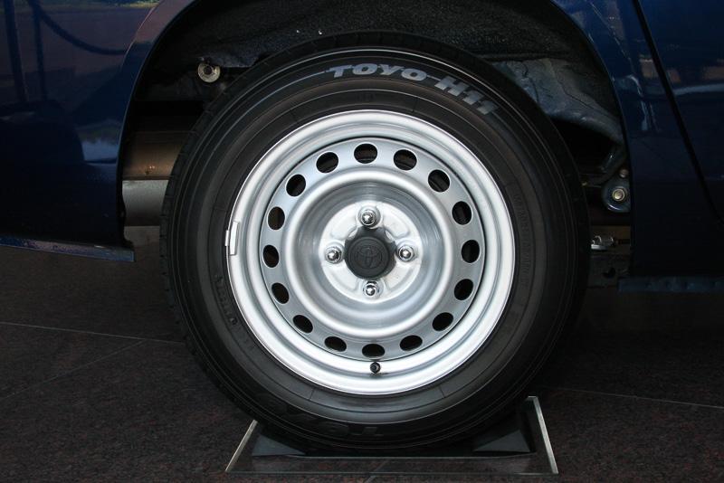 タイヤサイズを前後155/80 R14にインチアップして走行安定性を向上。さらにフロントブレーキも大径ベンチレーテッドディスクに変更して制動性能を高めている
