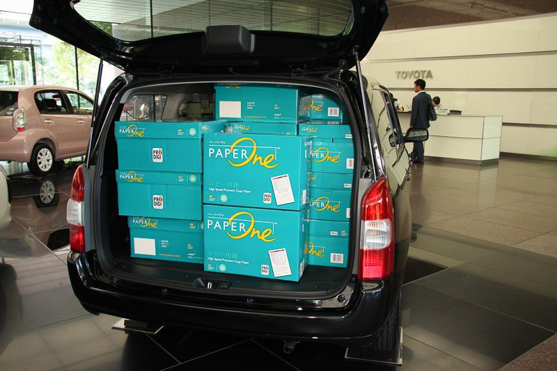 スクエアなラゲッジスペースはボックス形状の荷物でもたくさん積めることが自慢。車両の脇に壁のように積まれたコピー用紙の箱も、実際に39個も入ったとアピール