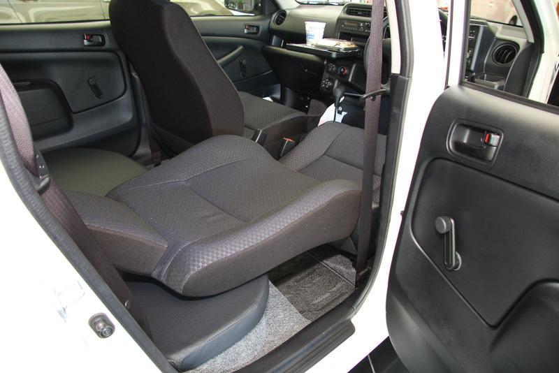 シート形状の最適化により、長時間座り続けても疲れにくく、横Gがかかったときにはしっかりと身体をサポート。また、リクライニング角度を大幅に増やし、車内で横になって休めるようにした