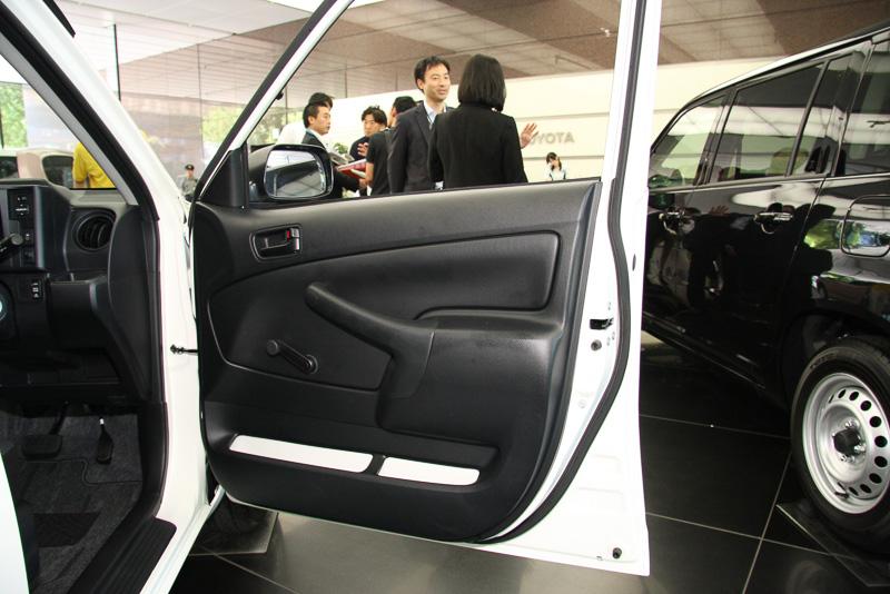 内装色は全車ブラック。一番安いグレードのDXとUは4つのドア全部が手動式ドアウインドーとなる