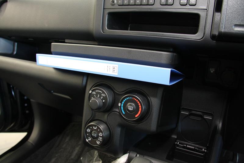 インパネテーブルの下はバインダーなどを差し込めるインパネトレイ。左の写真に写っているiPad miniがぴたりと収まる奥行きがあり、下側手前に滑り止めのゴムストッパーが埋め込まれている