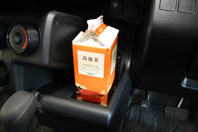 センタークラスターの運転席側にはセンタートレイを設定。1L紙パック飲料も置ける広々としたスペースで、ユーザーごとに使い方を工夫できそうな収納となっている