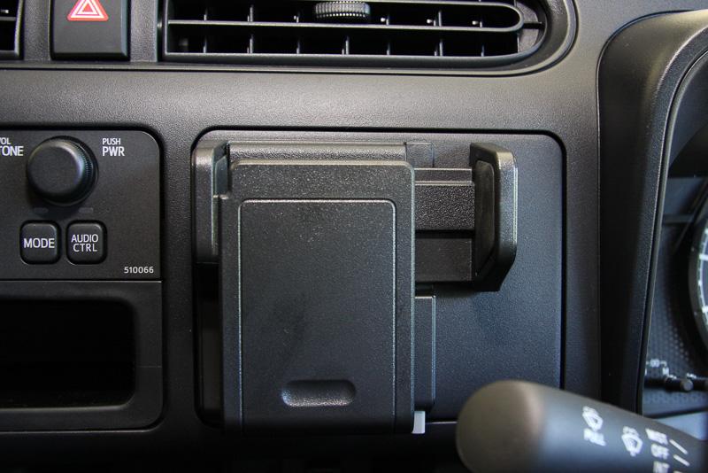 スマートフォンやメモ帳などを保持できるマルチホルダー。プッシュオープン式の収納スペースにもなっている