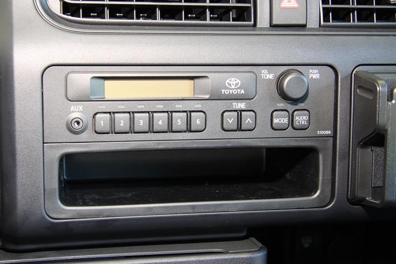 オーディオスペースは一般的な2DINサイズ。純正ラジオにはAUX端子を用意