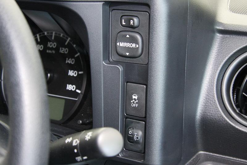 電動ドアミラー、VSC、ヘッドライトレベライザーなどの操作スイッチをメーター右側に配置。直線的なメーターフードの右側にドリンクホルダーを用意する