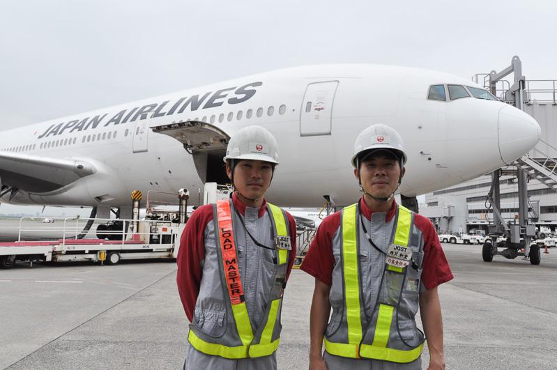 空港で働くクルマについてのお話をうかがったJGS 東京支店総務部業務グループ 甲斐和幸氏(左)、西川和宏氏(右)。2人とも2007年入社で、羽田空港での業務を行っている