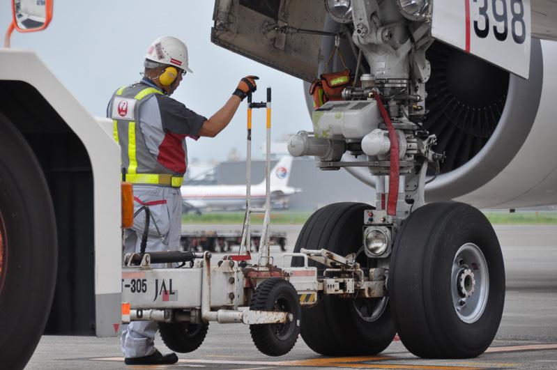 トーイングカーと航空機はトーバーで接続されている