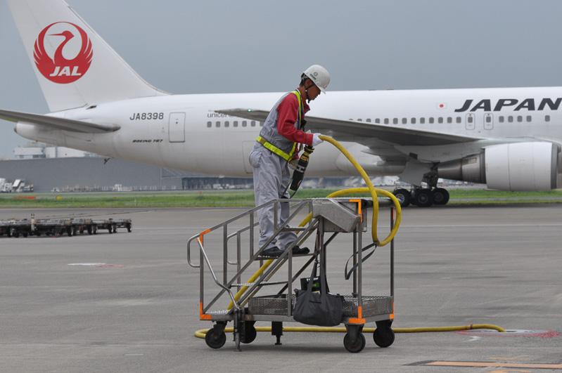 1機の航空機が出発すると、次に入ってくる航空機への準備が始まる。これは、航空機につなぐ外部電源を準備しているところ