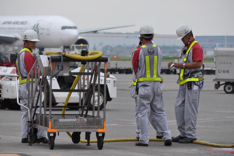 1機の航空機が出ていくと、次の航空機の作業に向けてなにやら打ち合わせ。羽田空港では終便までひっきりなしの作業が続く