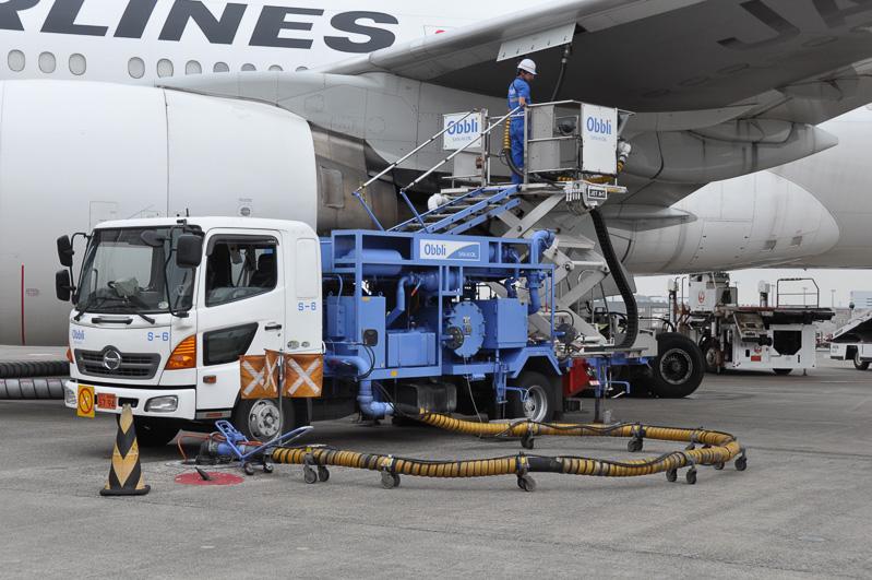 三愛石油の給油車。航空機とハイドラントバルブを中継し、給油量の計測や圧力制御などを行っている
