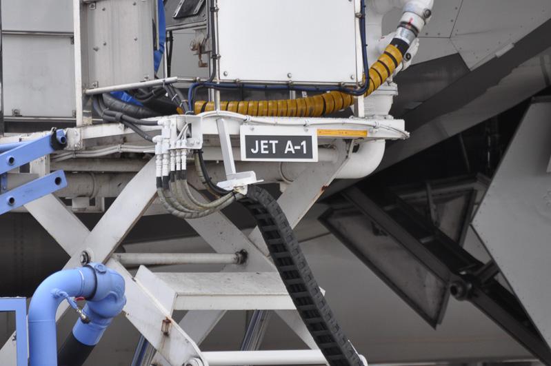 航空機の燃料タンクは翼内に設けられている。そのためか給油口は主翼前縁にあるようだ。使用する燃料はケロシン系のJET A-1のようで、この燃料は灯油に近い成分を持つ