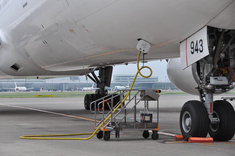 航空機が到着すると燃料の節約のため、早めにエンジンを止めたいところ。しかしながら、各種作業用の給電は必要なため外部から給電を行う