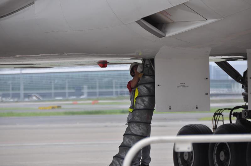 これは同様に室内へ冷えた空気を送る送風管を付けているところ。航空機のエアコンを停止しても、機内の温度が上昇しないようにするためのものだ