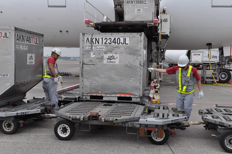 ハイリフトローダーから下ろされた貨物を、パレットの上まで移動させる