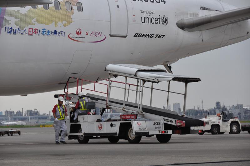 こちらは定型外の荷物の積み降ろしを行うベルトローダー。航空機後方の荷物室から荷物を下ろす