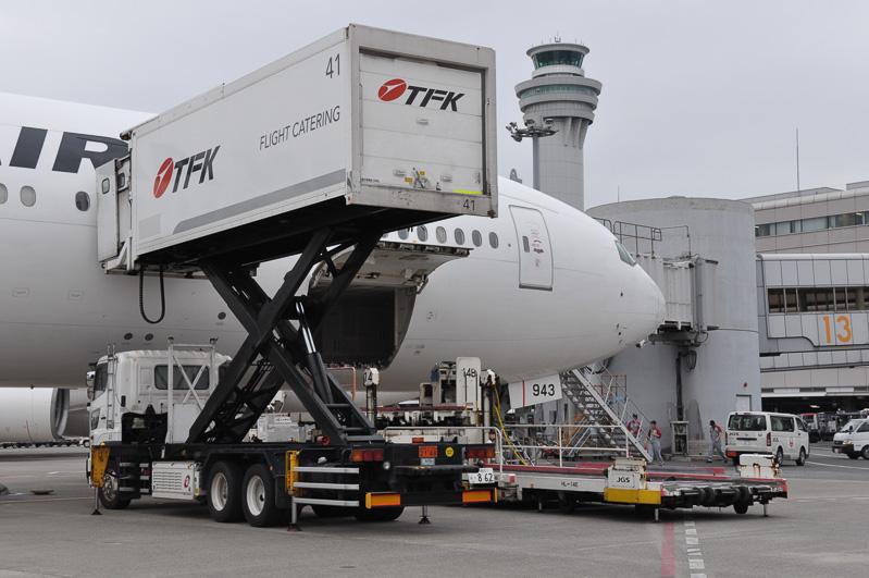 機内食などを運び込むフードローダー