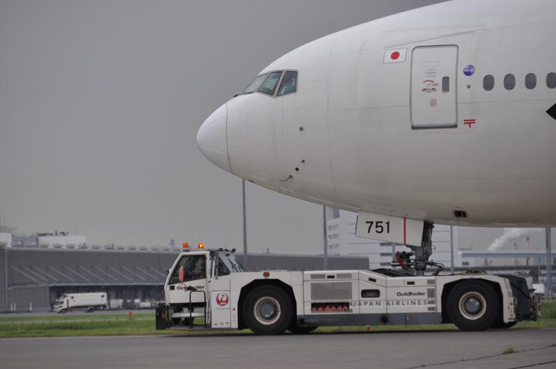 空港をマメに見ていると、トーバーを用いずに航空機を引っ張り回しているクルマがある。これがトーバーレストーイングカー