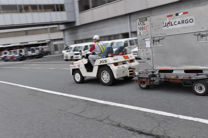 トヨタ製のトーイングトラクター。普通免許で運転できるが、JGSの社内資格は必要。最高出力は36馬力、最高速度は25km/h