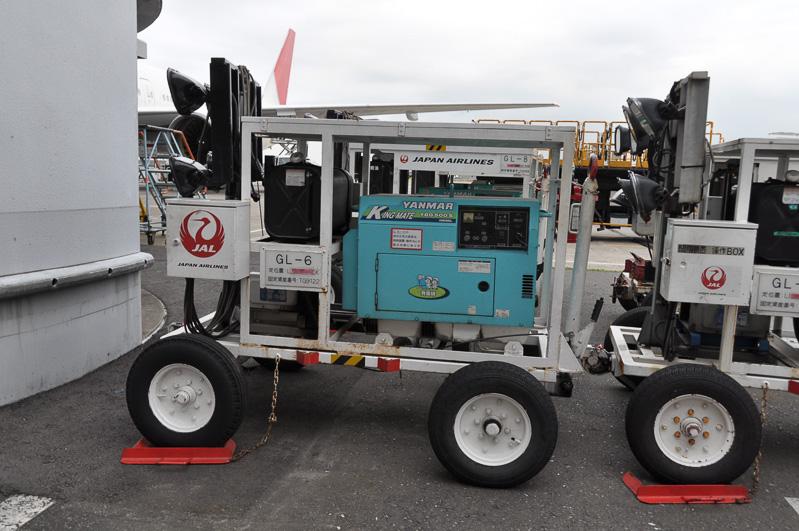 自家発電用の電源とライトを搭載している夜間作業のサポートカー