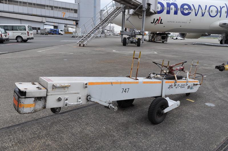 トーバーは機種ごとに専用のものが用意されている。これはボーイング 747のトーバー。現在JALが管理する747は政府専用機だけなので、政府専用機に用いられているのだろう