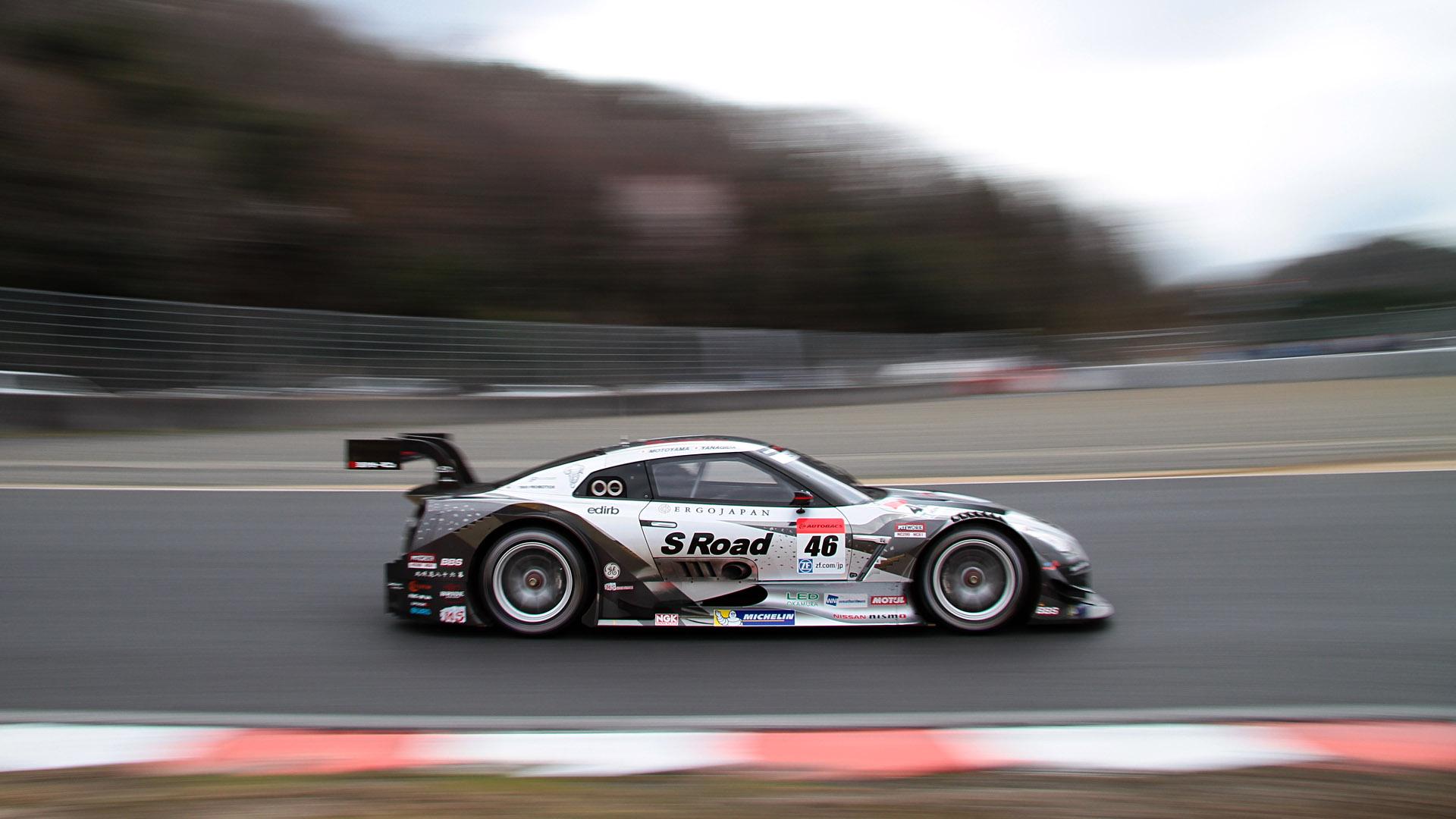 シャッター速度1/30秒。SUPER GT第1戦岡山にて撮影