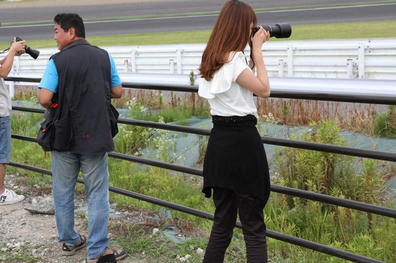 左が筆者、右が中川さん。筆者のスタンスは2コーナーを向き、身体をひねって1コーナー側を見ている