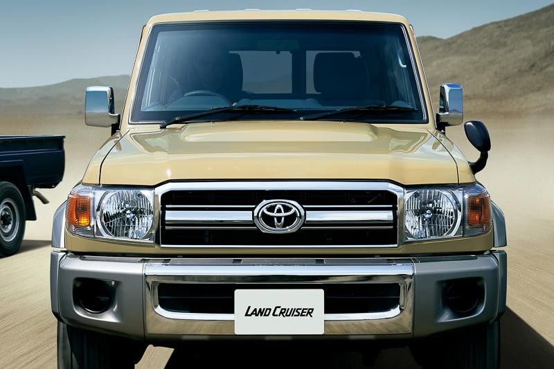 ヘッドライトは販売終了前の丸形から、2007年の意匠変更を受けたスクエアタイプに変更。フロントグリルや前後バンパーなども現代的なデザインとなっている