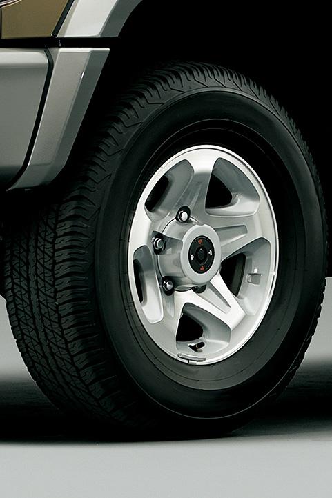 タイヤは、バン(左)が265/70 R16サイズでAT20&16×7JJのアルミホイールとの組み合わせ、ピックアップ(右)が7.50 R16LTサイズでTG21&16×5.50Fスチールホイールとの組み合わせとなる