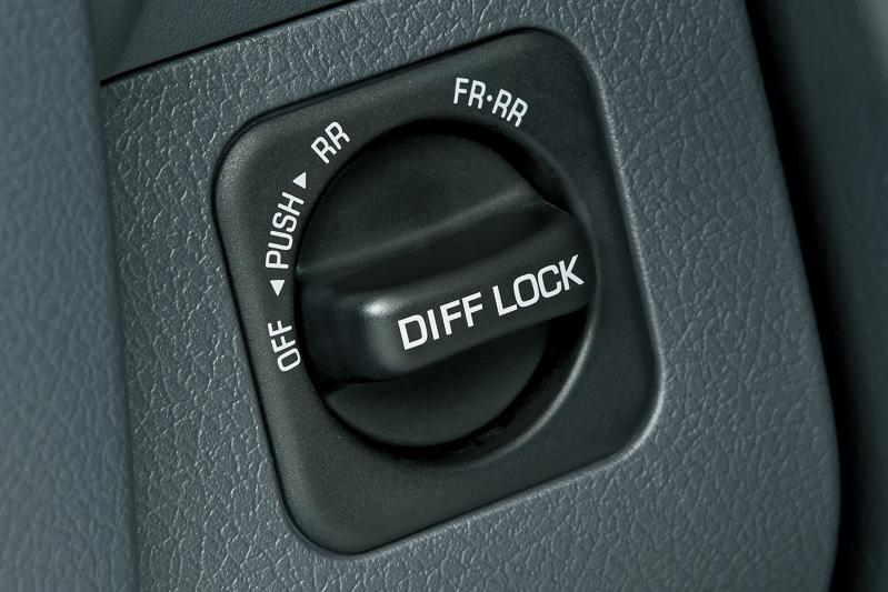 スイッチを切り替えてリアデフ、フロントデフ+リアデフをロックする「電動デフロック」