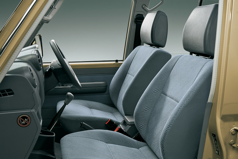 左がバンのフロントシート、右がピックアップのフロントシート。シートバックの厚さやヘッドレストのサイズなどがわずかに異なっている
