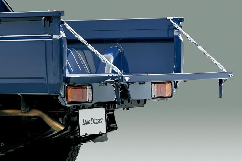 リアゲートは金属製のチェーンで支えられ、水平の状態まで開く