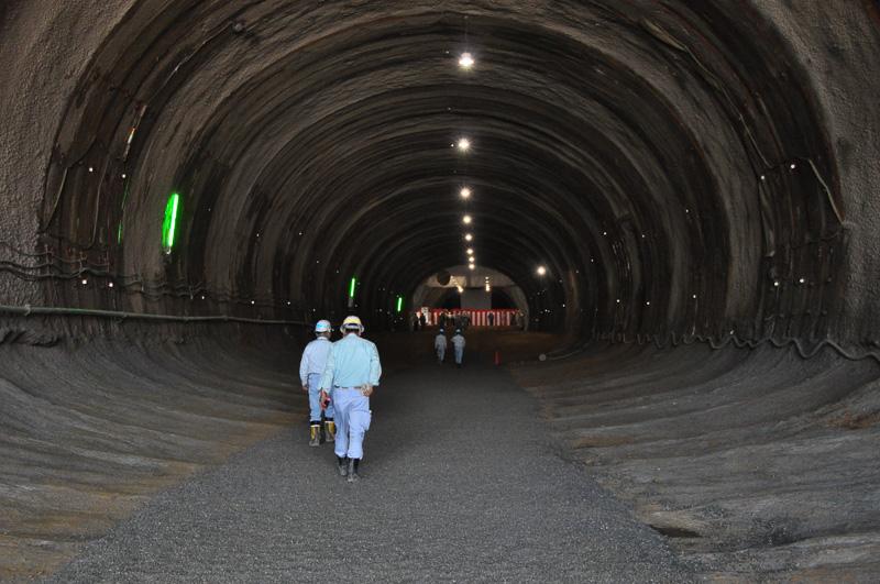 神峰山トンネル(下り)内で貫通式を実施。高槻側での貫通式となっていた