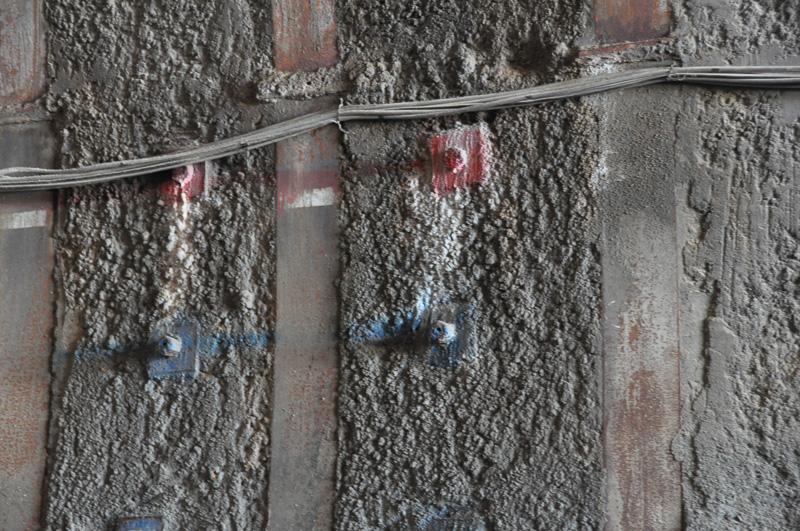 トンネル壁面にはNATM工法の特徴であるボルトが多数埋め込まれている