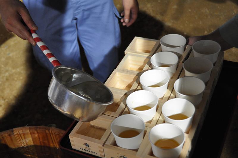 右の2列には、道路工事のためか乾杯のためのお茶を用意