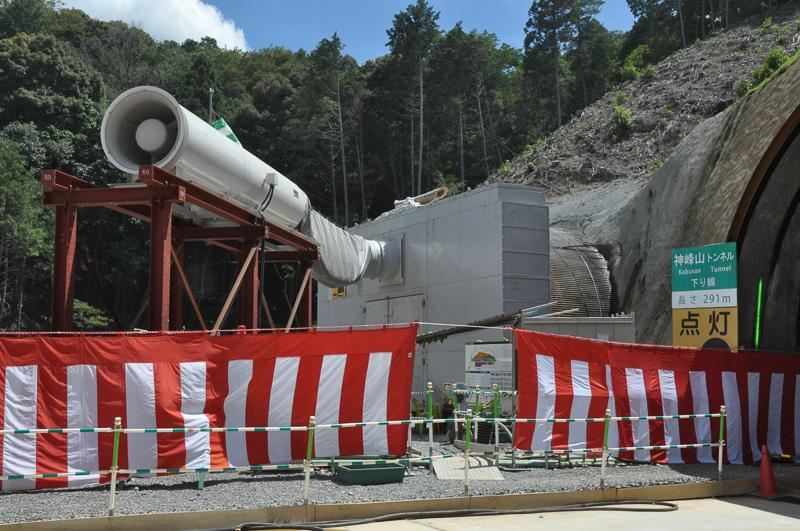 神峰山トンネル(下り)の左側には現在工事中の神峰山トンネル(上り)が見える。防音壁に加え、消音器が取り付けられている