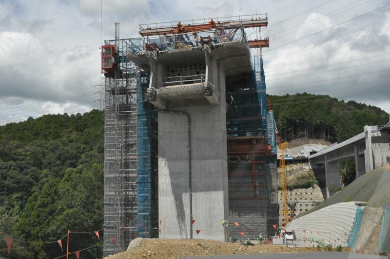 神峰山トンネルの東側では芥川橋の工事が進んでいた