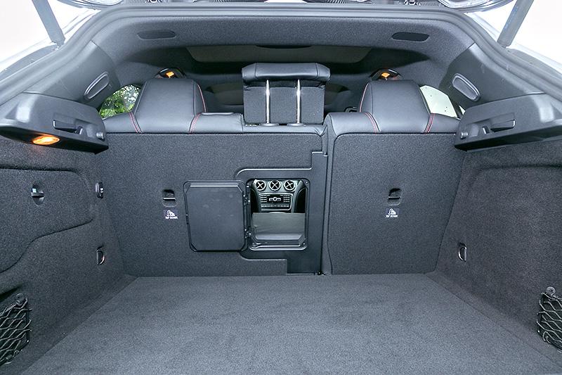 後席シートバックは2:1分割可倒機構を備え、通常421Lのラゲッジスペースを最大1235Lまで拡大可能。テールゲートはワンタッチ操作で閉じることができる「EASY-PACK自動開閉テールゲート」を標準装備(GLA 180はオプション)