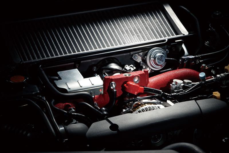 最高出力227kW(308PS)/6400rpm、最大トルク422Nm(43.0kgm)/4400rpmを発生するEJ20型エンジン