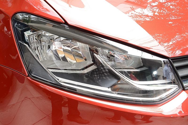 ヘッドライトは内部のデザインが従来型と異なる