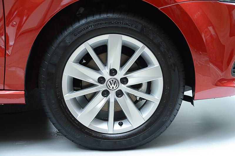 タイヤは186/60 R15。アップグレードパッケージはアルミホイールを装着
