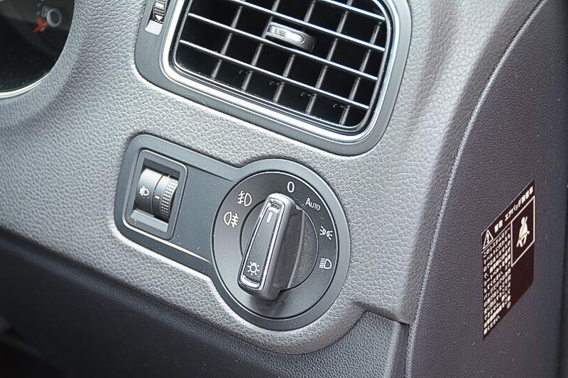 アップグレードパッケージのヘッドライトスイッチ。オートポジションとフォグライトの操作が加わっている