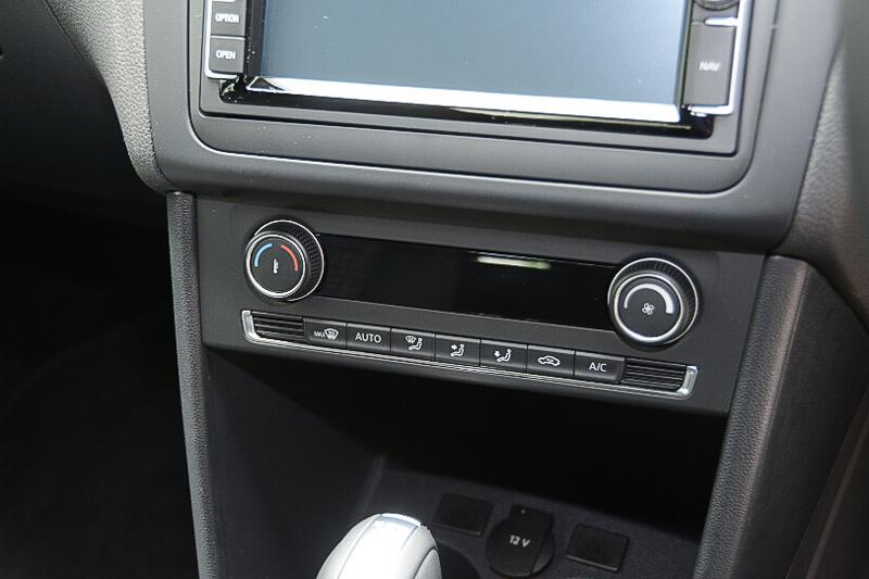 アップグレードパッケージはエアコンがオートになり、フロントシート間にアームレストが備わる