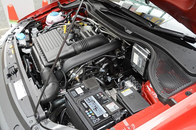 エンジンは新設計のターボ付き1.2リッター。後方排気となるなどレイアウトも変化している