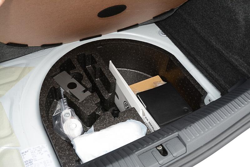 スペアタイヤはなく、「タイヤ応急修理キット」が標準装備