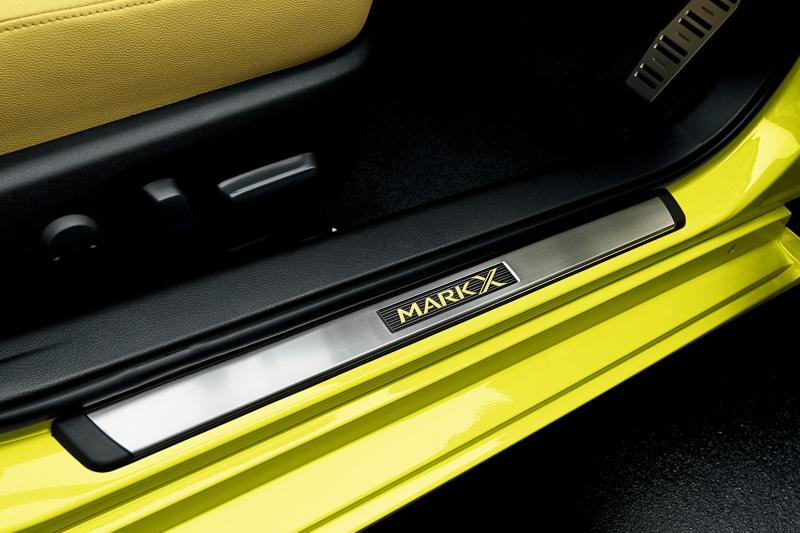 ステンレス製ドアスカッフプレートにはイエローの車名ロゴが入る
