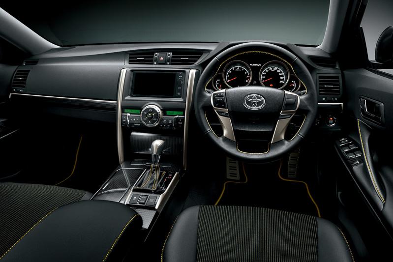 「ブラック×ブラック」内装でもステアリングやシート、ドアトリム、フロアマットのパイピングなどにイエローを使用。シート表皮は全車で専用ファブリックとなる