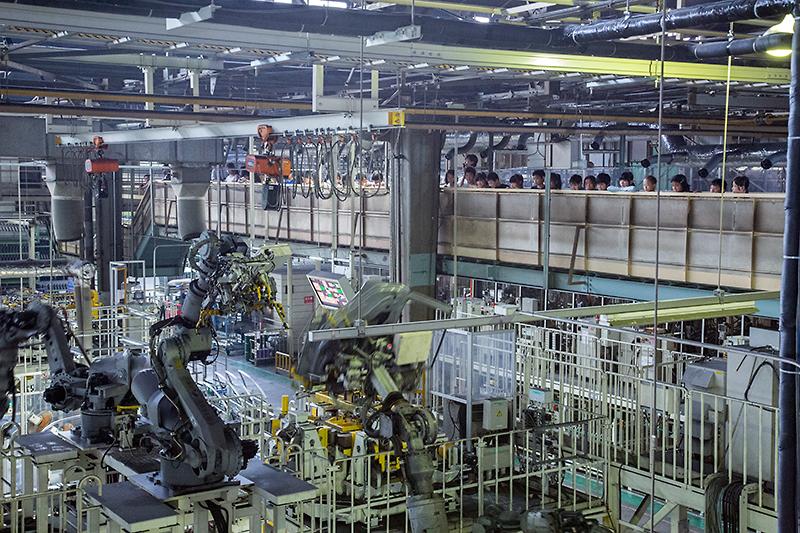 工場を見学。男の子の人気はロボットとか