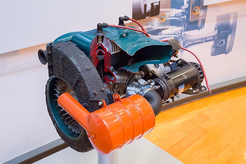 スバル360に搭載されていた強制空冷2サイクル並列2気筒エンジン