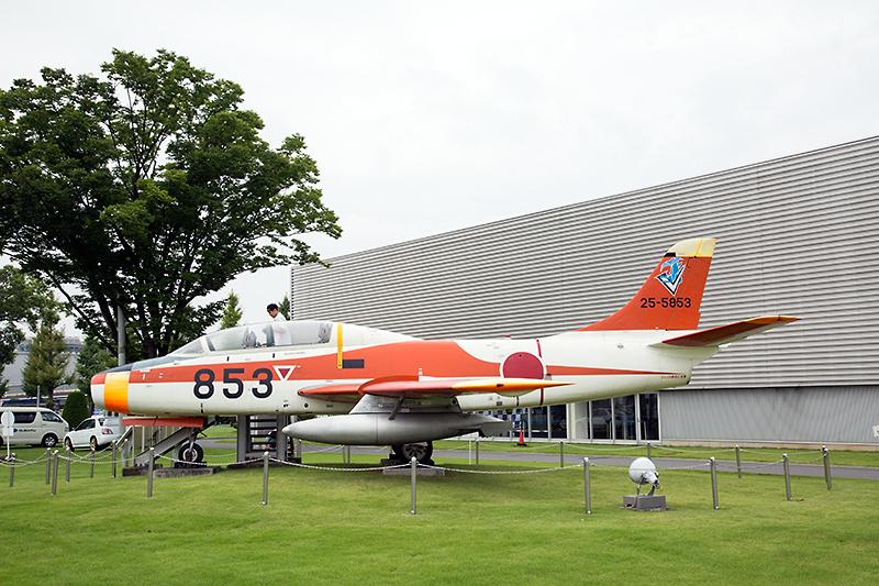 屋外には「T-1ジェット練習機」の展示も