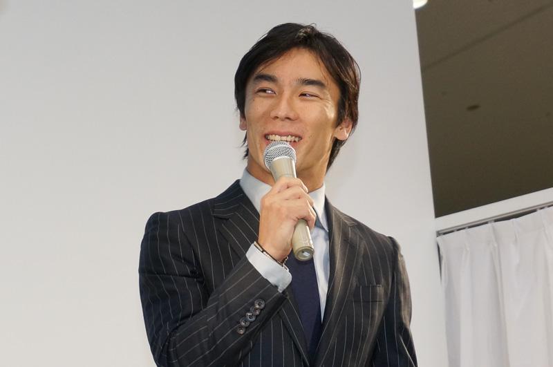 2013年の東京モーターショーでフォーミュラEの魅力について語る佐藤琢磨選手